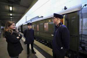 The conductors' uniforms correspond to those of the 1920s.